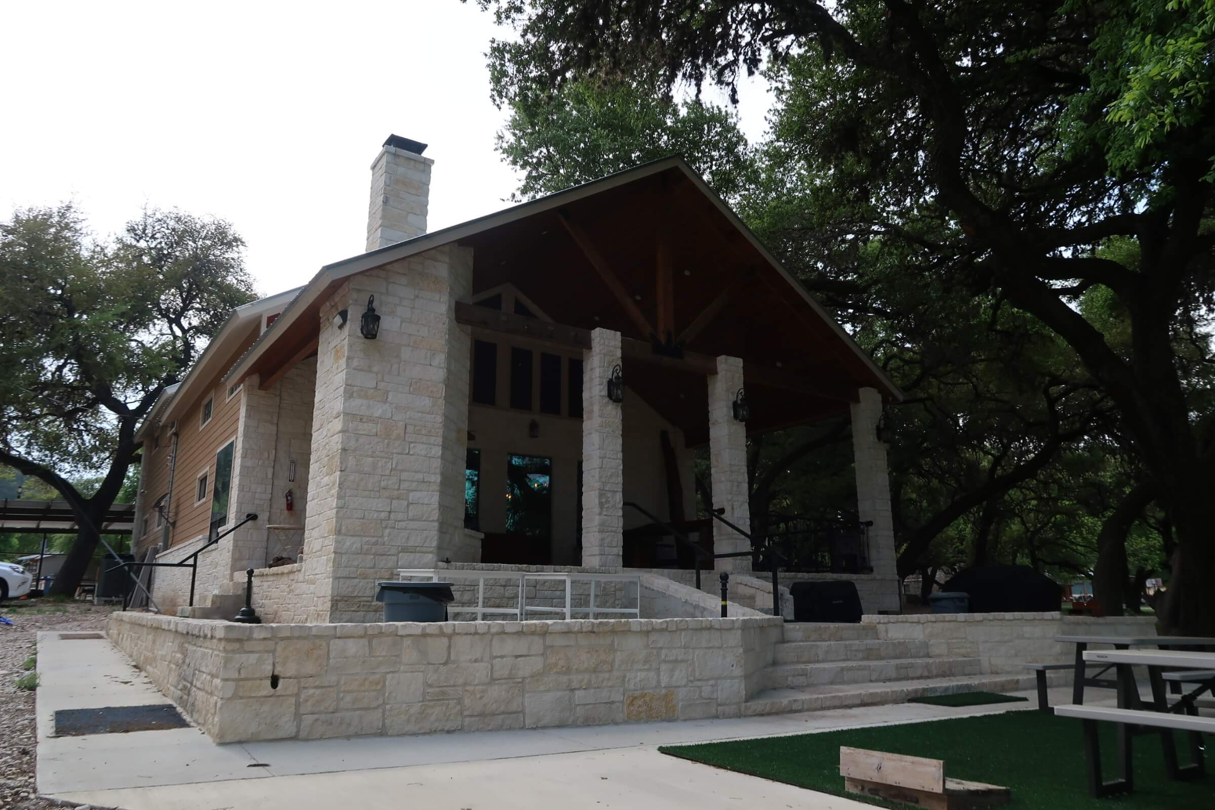 Vacation Frio River's Porter House is the perfect option for any family or large girl's getaway